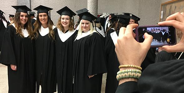 4 diplômées se font prendre en photo