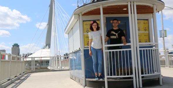 Deux étudiants du Diplôme en administration des affaires sur l'Esplanade Riel