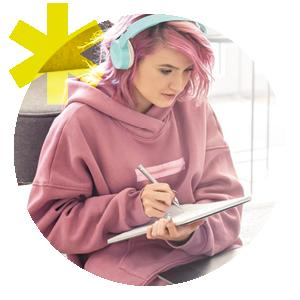 Jeune femme prend des notes.