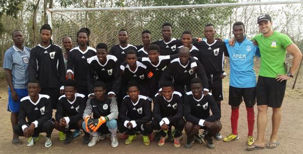 Une équipe de soccer ghanéenne porte l'ancien gilet de soccer de l'USB