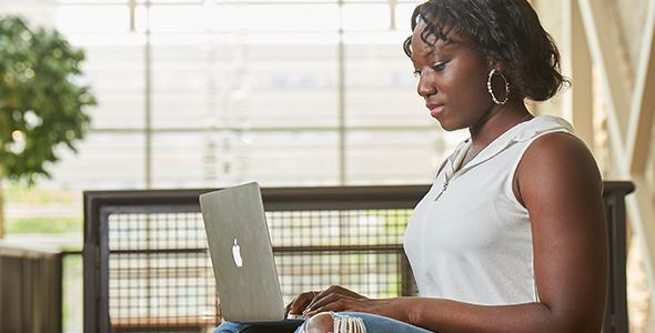Une étudiante se sert d'un ordinateur portable