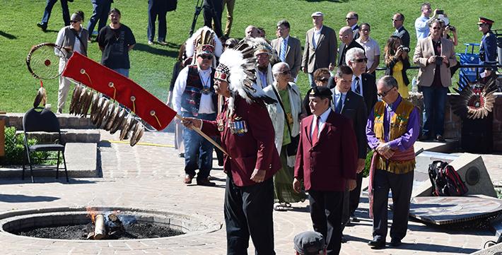 Un chef autochtone lors d'une célébration touchant à la réconciliation