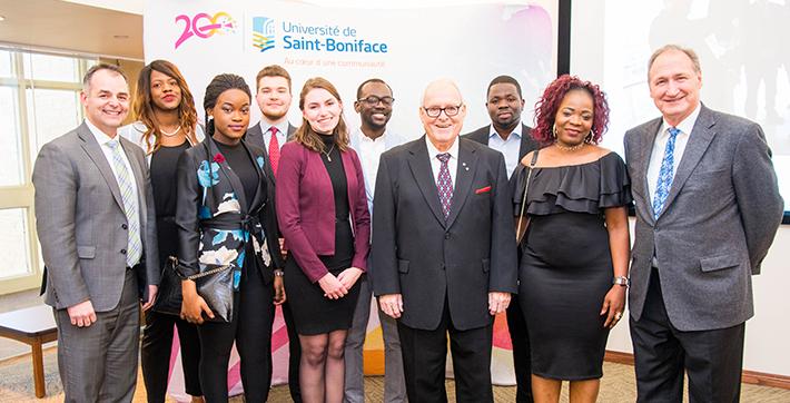 Marcel André Desautels, Gabor Csepregi, Stéfan Delaquis et des étudiants de l'Université de Saint-Boniface
