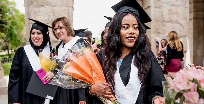 Diplômée de l'Université de Saint-Boniface qui tient des fleurs.