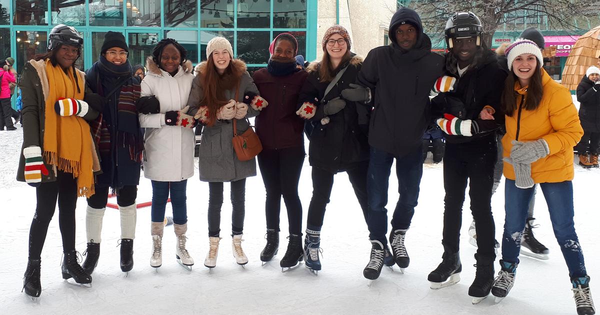 Des étudiants et étudiantes patinent à la Fourche lors d'une d'activité d'accueil pour les étudiants internationaux nouvellement arrivés.