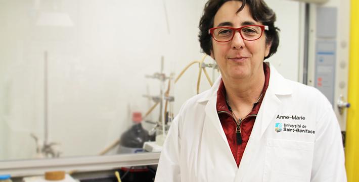 Anne-Marie Bernier dans un laboratoire de sciences