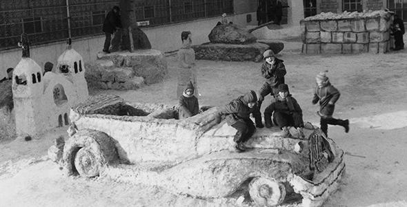 Des enfants jouent sur les sculptures de neige lors du Festival d'hiver
