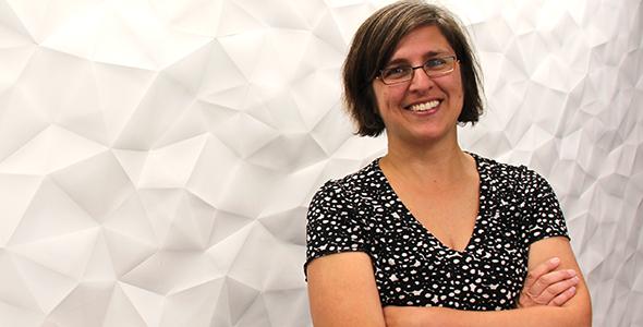 Sylvie Beaudry, illustratrice et employée de l'USB, debout devant un mur