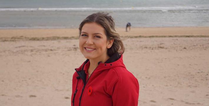 Véronic Beaudry, diplômée de l'USB, sur les plages de Normandie.