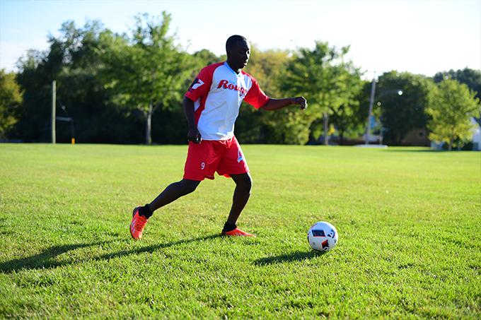 Un joueur des Rouges s'apprête à botter le ballon de soccer