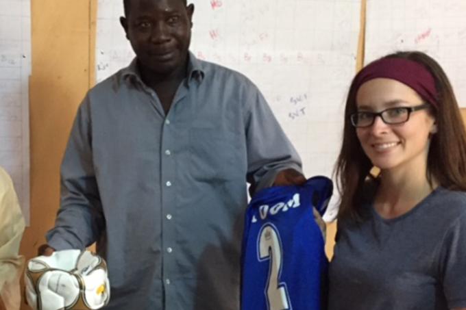 Kelsey Bray, joueuse de soccer, donne du matériel au Sénégal