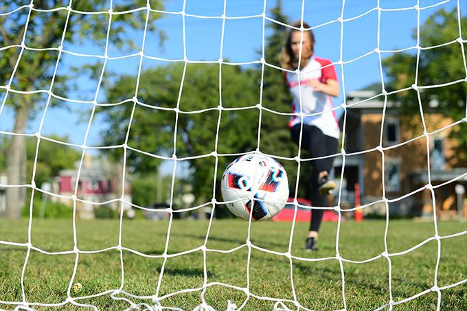Ballon de soccer botté dans le but