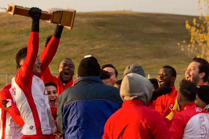 Yahia Chihab, capitaine des Rouges, présente la coupe à son équipe.