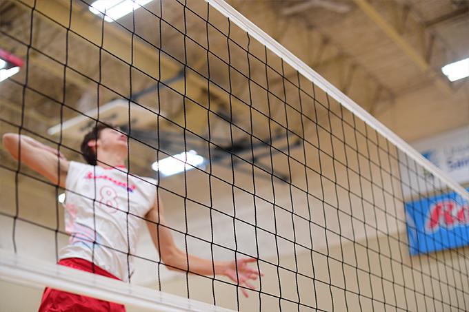 Le numéro 8 des Rouges smash une volleyball