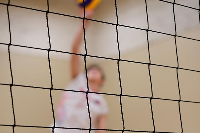 Joueur de volleyball des Rouges près du filet
