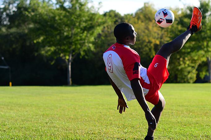 Numéro 9 des Rouges s'attaque au ballon dans l'air