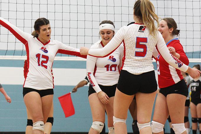 L'équipe de volleyball féminin des Rouges de l'USB célèbre après avoir compté un point.