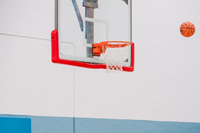 Un ballon de basketball vole vers le filet.