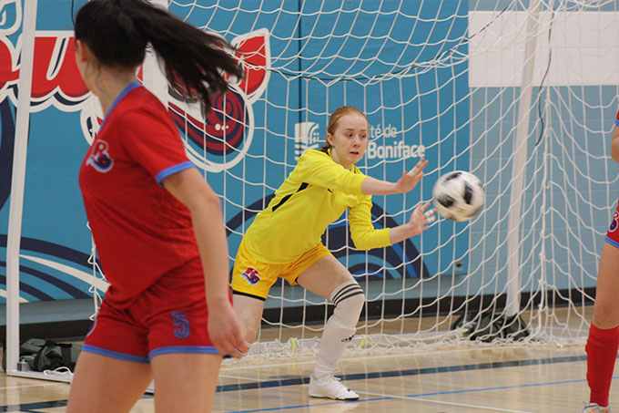 Daneige Edey arrête le ballon lors d'un match de futsal des Rouges.